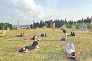 מתאמנים שיעור יוגה על הדשא צ'כיה