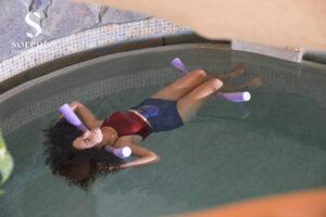 מצפה השלום מרכז רוח על המים בחורה בבריכת ציפה